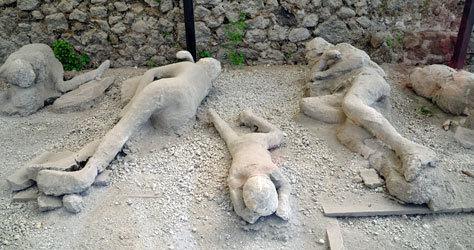 Restos de algunos de los fallecidos por la erupción.