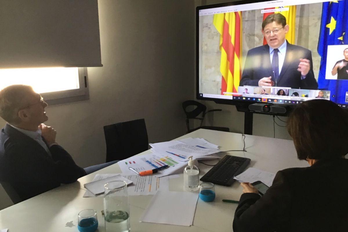 El presidente de Global Omnium, Eugenio Calabuig, y la investigadora del CSIC, Gloria Sánchez, en videoconferencia con el presidente de la Generalitat, Ximo Puig.