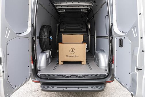 Su carga útil es de 1.038 kilos y su autonomía de 120 o 168 km.