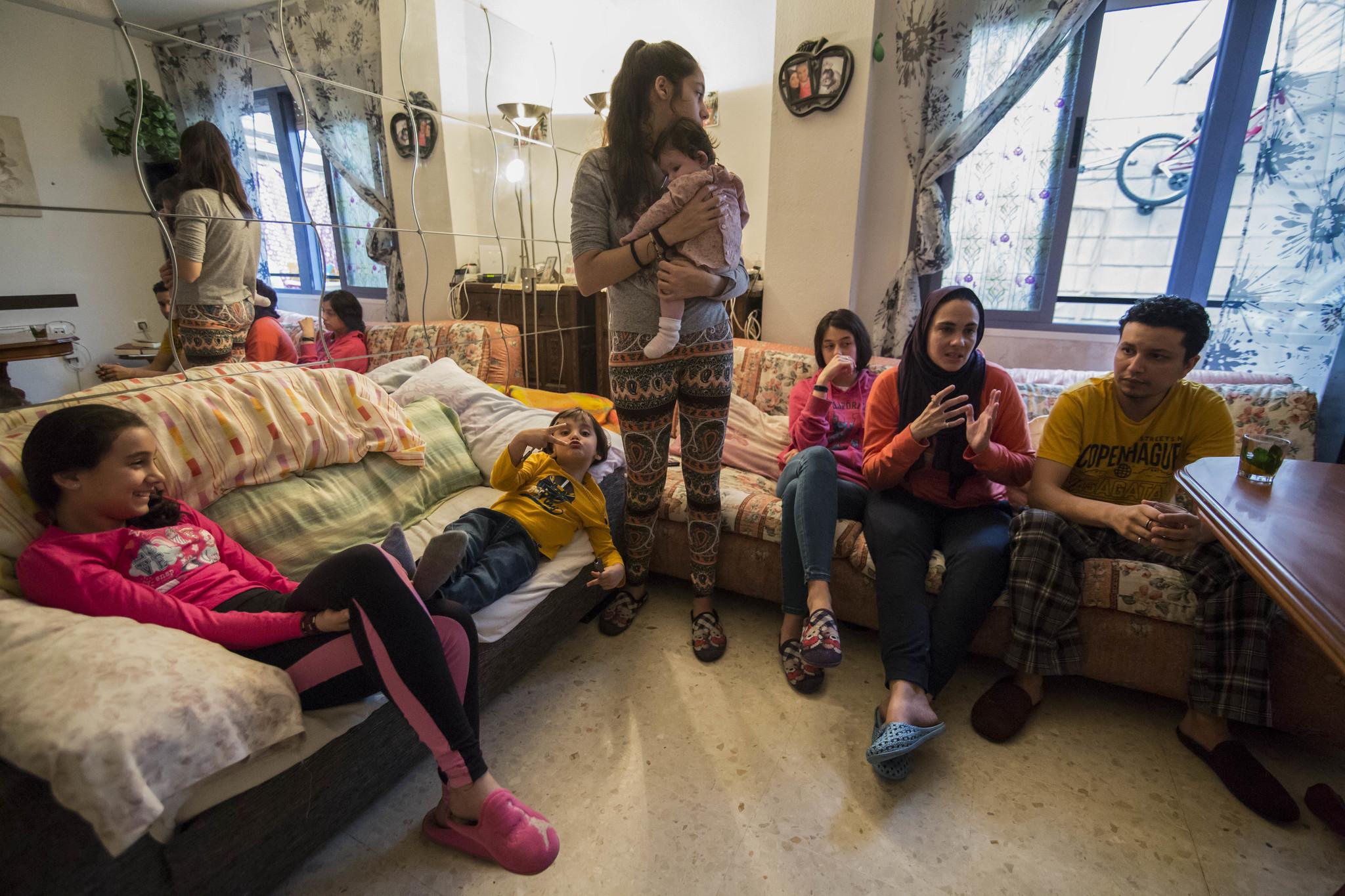 Deborah, en su casa con cinco de sus hijos y su marido, Issam.