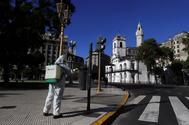 Un trabajador desinfecta la Plaza de Mayo en Buenos Aires el pasado miércoles.
