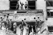 Soldados americanos en la cancillería de Hitler en Berlín.