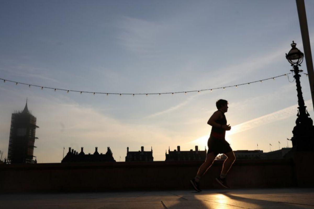 Un hombre haciendo deporte en Westminster, este miércoles