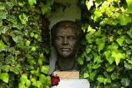 Busto en bronce del poeta en la casa natal de Fuentevaqueros.