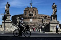 Un ciclista pasea frente al Castel Sant Angelo, en Roma