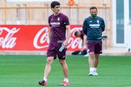 El delantero del Villarreal, Gerard Moreno, entrena bajo la mirada de Calleja.
