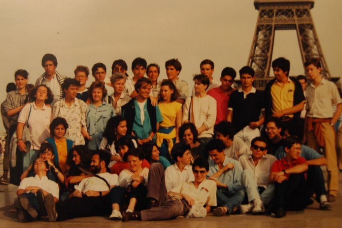 La viceministra y sus compañeros de colegio en un viaje a París. Calviño es la niña vestida de azul, tercera por la  izquierda.