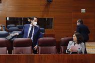 La presidenta de la Comunidad de Madrid, Isabel Díaz Ayuso, habla en la Asamblea con el vicepresidente, Ignacio Aguado.