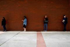 Un grupo de personas hace cola para solicitar el beneficio por desempleo en Arkansas, EEUU.