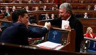 El presidente del Gobierno, Pedro Sánchez, y el diputado de Nueva Canarias, Pedro Quevedo, en una imagen de archivo.