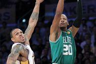 Shannon Brown, de los Lakers, ante Allen, de los Celtics.