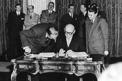 Robert Schuman, en la firma del Tratado de París en 1952.