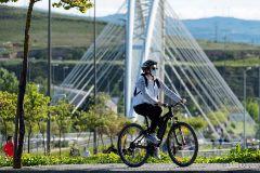 Una mujer usa la bicicleta en Logroño durante el estado de alarma por la pandemia de coronavirus.
