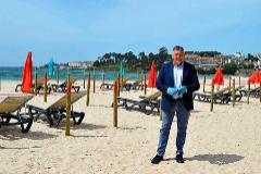 El alcalde de Sanxenxo (Pontevedra), Telmo Martín, en la playa con el ensayo de las cuadrículas.