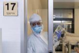 Enfermeras en la UCI del Hospital Morales Meseguer de Murcia, atienden a un paciente infectado con COVID 19.