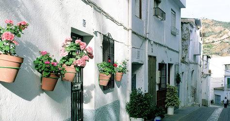 Las fachadas blancas que caracterizan al pueblo granadino.