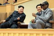 Kim Jong-un charla con Rodman durante un encuentro en Corea.