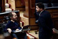 Los portavoces de Podemos, Pablo Echenique, y ERC, Gabriel Rufián, en el Congreso de los diputados.