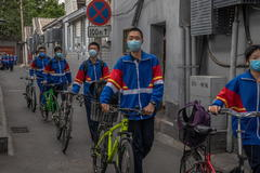 Beijing ( lt;HIT gt;China lt;/HIT gt;).- Students wearing protective face masks leave a middle school on their first day after resuming studies, at Hutong neighborhood, in Beijing, lt;HIT gt;China lt;/HIT gt;, 11 May 2020. Some middle school students in Beijing returned to class for the first time after schools were closed down in January due to the outbreak of the coronavirus and COVID-19 disease. (Abierto) EPA/