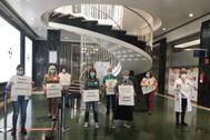 Trabajadores del centro hospitalario, en un momento de la protesta.