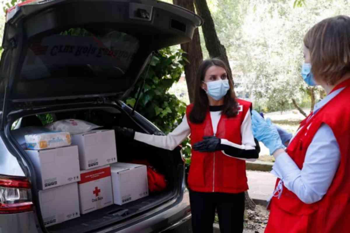 La Reina Letizia, voluntaria por un día de la Cruz Roja