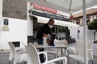 Un camarero desinfecta una terraza en un bar de Córdoba este lunes.