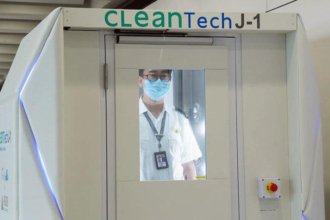Lo último en los aeropuertos: cabinas para desinfectar personas en 40 segundos y robots antigérmenes
