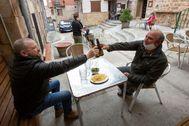 Vecinos de Quintanar de la Sierra (Burgos) disfrutan de su primer día de terrazas al estar en fase 1.