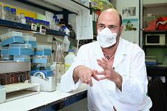 Juan García Arriaza, en el laboratorio del CNB.