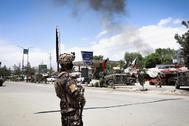 Un soldado afgano cerca del lugar del ataque a un hospital, hoy, en Kabul.
