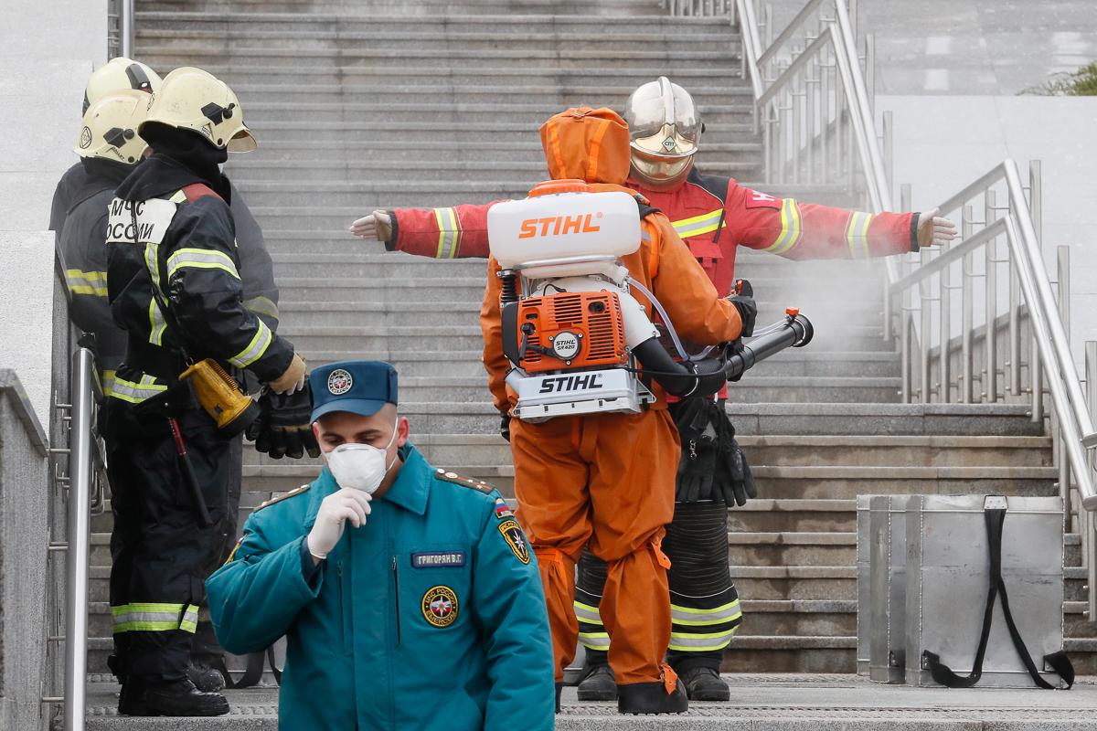 Un bombero es desinfectado en el hospital incendiado en San Petersburgo.