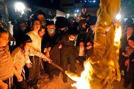 Judíos ultraortodoxos en torno a una hoguera en Jerusalén.