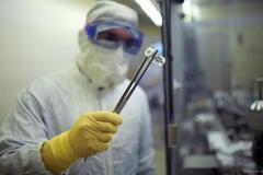 Un científico en Jerusalén maneja un fármaco desarrollado con el plasma de pacientes
