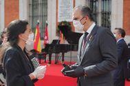 Javier Ortega Smith conversa con Rocío Monasterio el 2 de mayo en un acto en la Puerta del Sol.