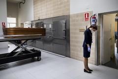 Raquel García, cabizbaja junto a un féretro en el crematorio de La Almudena.