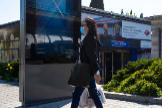 Una mujer camina con una mascarilla en Madrid.