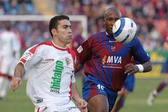 Congo (d.) durante un partido con el Levante.