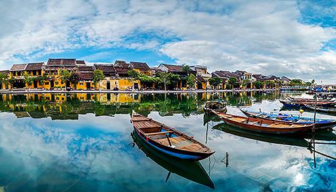 Barcas en el río Thu Bon que atraviesa Hoi An.