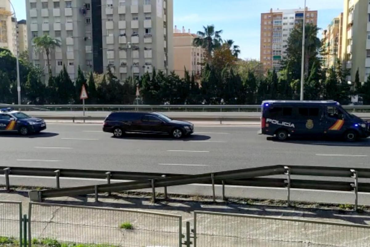 Dos coches policiales escoltan al coche fúnebre con el cuerpo del inspector Sebastián Sabariego.
