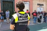 Un Policía Local de Sevilla interviene en un bar de la capital que no guardaba las medidas de seguridad.
