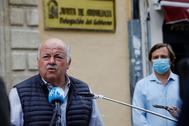El consejero de Salud, Jesús Aguirre, ofrece declaraciones a varios medios en Córdoba.