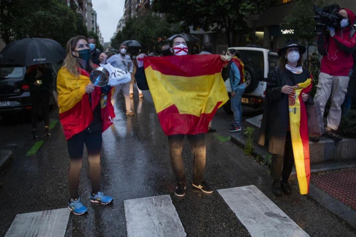 Varios de las personas que han salido a la calle en el barrio de Salamanca para protestar contra el Gobierno de Sánchez.