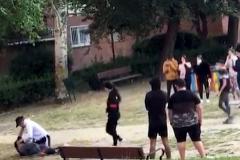 Vecinos graban una pelea entre adolescentes en un parque lleno de jóvenes y avisan a la Policía