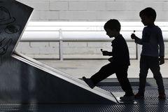 Dos niños juegan durante una jornada del estado de alarma, en el Parque Joan Miró de Barcelona.