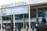 Asistentes a Tecnargilla, en la entrada del certamen italiano.