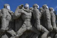 Las estatuas del Monumento  a las Bandeiras en Sao Paulo, con mascarillas.