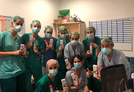 Personal sanitario muestra las hidratantes Olay recibidas para el alivio de la piel, castigada por el uso constante de mascarillas.