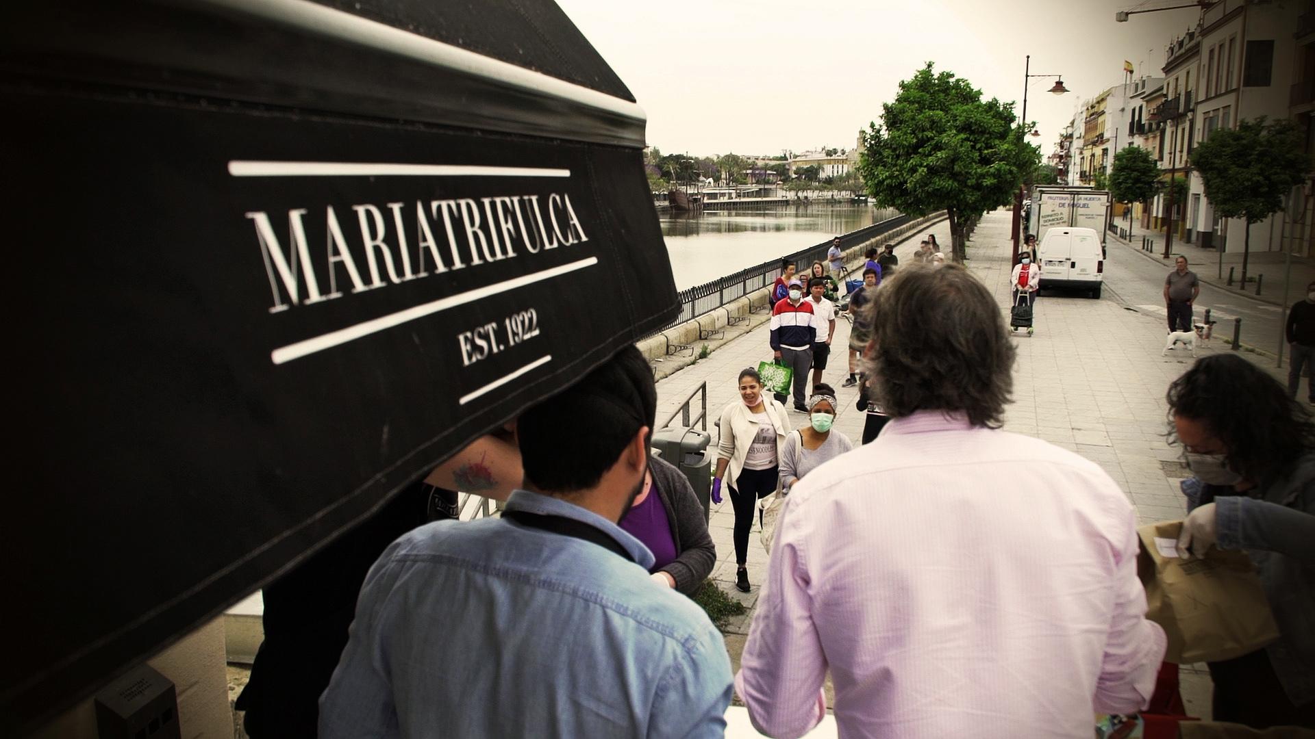 Reparto de comida en el restaurante María Trifulca, en la Plaza del Altozano de Triana.