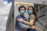 Novios enfermeros y sin experiencia que vinieron a Madrid para debutar en una UCI