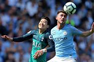 Son (izda) lucha por un balón con Laporte (dcha), durante el City-Tottenham.